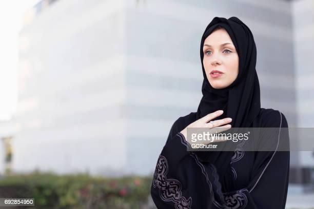 Zuversichtlich arabischen Geschäftsfrau