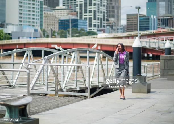 Zuversichtlich australische Geschäftsfrau entlang des Yarra River, Melbourne