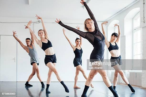 confident ballet dancers dancing at studio - ensayo espectáculo fotografías e imágenes de stock