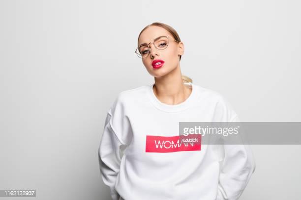 zelfverzekerde mooie vrouw in een witte blouse - izusek stockfoto's en -beelden