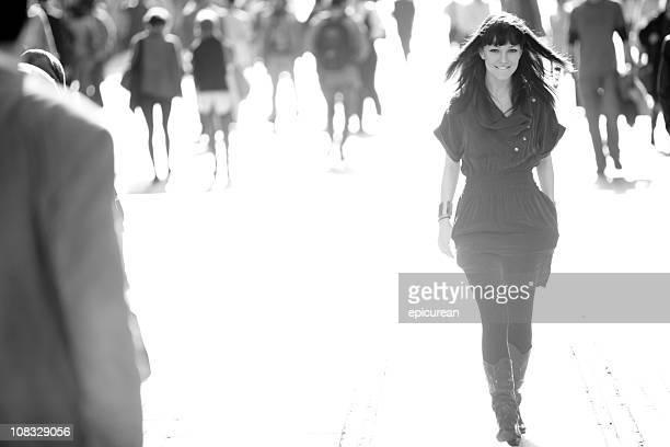 Zuversichtlich schöne Frau schreiten auf überfüllten street