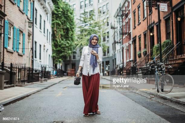 fiduciosa giovane donna musulmana bengalese - bangladesh foto e immagini stock