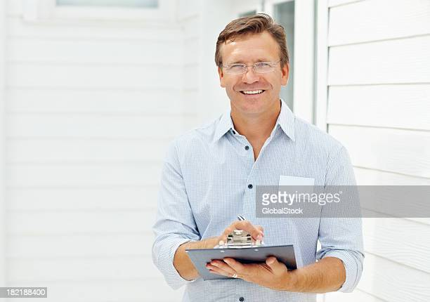 Seguro de un hombre de negocios sosteniendo portapapeles