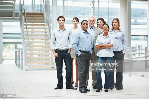 Zuversichtlich Geschäftsleute stehen zusammen in Gruppe im Büro