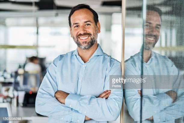 empresário confiante no escritório - camisas - fotografias e filmes do acervo