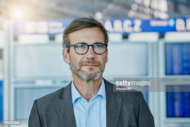confident businessman at the airport - flughafenterminal stock-fotos und bilder
