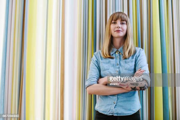 Zuversichtlich Geschäftsfrau gegen Vorhang im Büro
