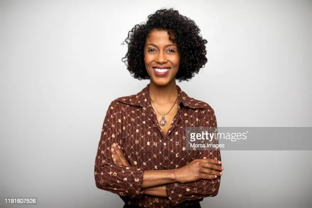 confident businesswoman against white background - portrait - fotografias e filmes do acervo
