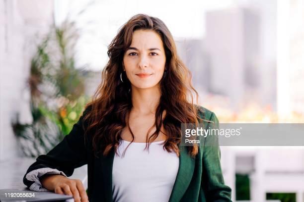 mujer empresaria segura en el hotel - cabello castaño fotografías e imágenes de stock