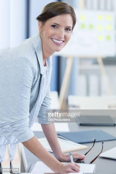Confiante Mulher de negócios no trabalho