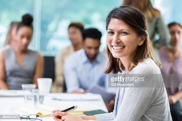 zuversichtlich, dass geschäftsfrau seminar besucht - podiumsdiskussion stock-fotos und bilder