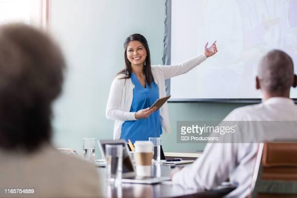 mujer empresaria confiada da presentación - patrocinador fotografías e imágenes de stock