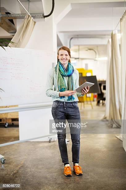 Zuversichtlich Geschäftsfrau holding digital tablet
