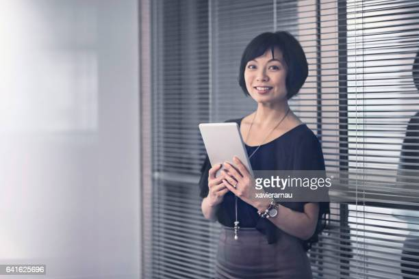 自信を持つデジタルタブレットビジネスウーマン