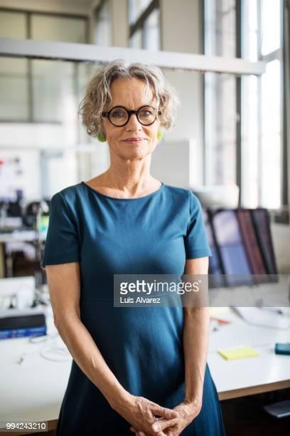 confident businesswoman holding digital tablet - lässig schicker stil stock-fotos und bilder