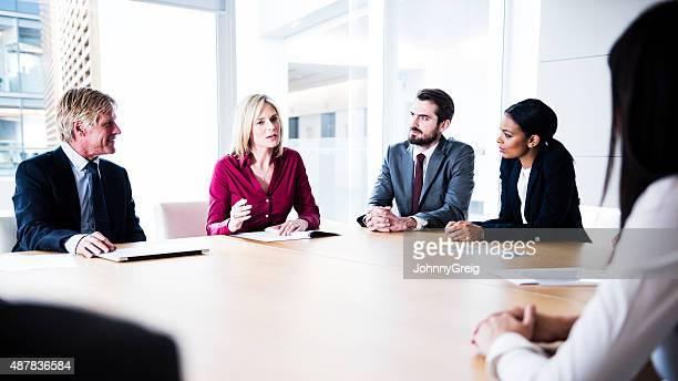 Zuversichtlich Geschäftsfrau, die Ihre Punkte in business-meeting