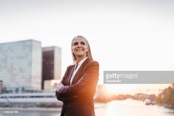 confident businesswoman outdoors at sunset - geschäftskleidung stock-fotos und bilder