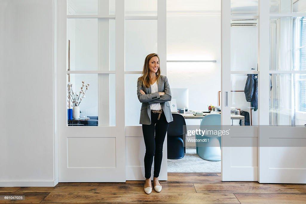 Confident businesswoman standing in office : Foto de stock