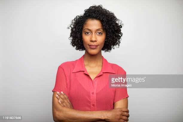 confident businesswoman with arms crossed - bovenlichaam stockfoto's en -beelden