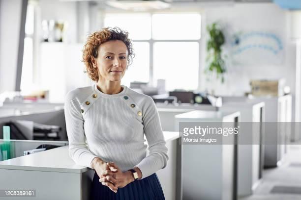 zekere onderneemster met handen die worden geklemd - females stockfoto's en -beelden