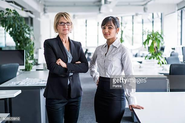 Zuversichtlich Geschäftsfrauen stehend im Büro