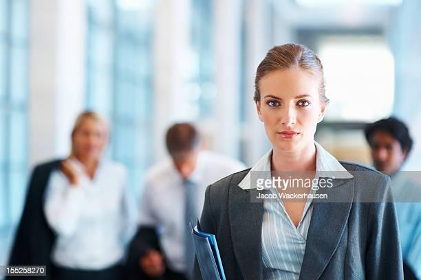 Zuversichtlich Geschäftsfrauen mit coworker Hintergrund