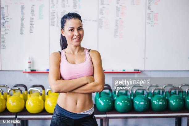 Vertrouwen vrolijke prachtige fysieke oefening Fitnesstrainer glimlachend succesvol