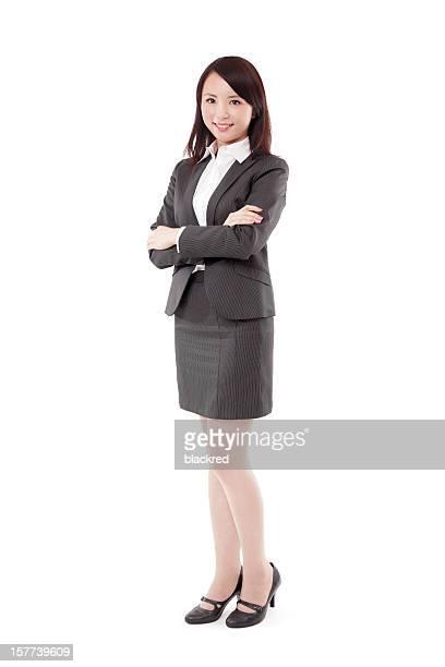 自信に満ちた中国のビジネスウーマン腕を組む笑顔