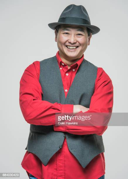 confident chinese male with crossed arms - vest stockfoto's en -beelden