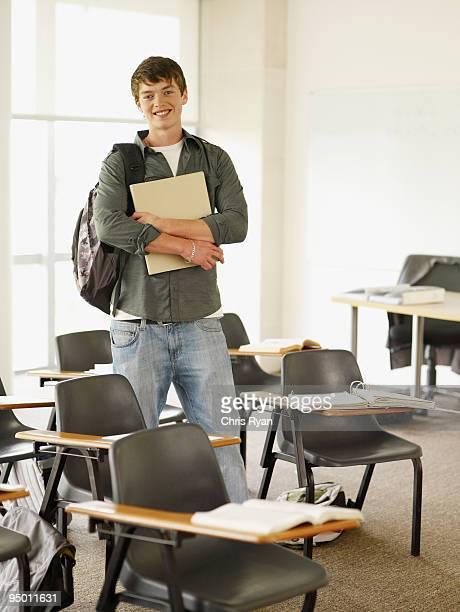 confiante estudante universitário em pé na sala de aula - 18 19 anos imagens e fotografias de stock