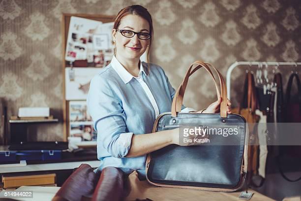 Confiant Artisane travaillant dans son atelier