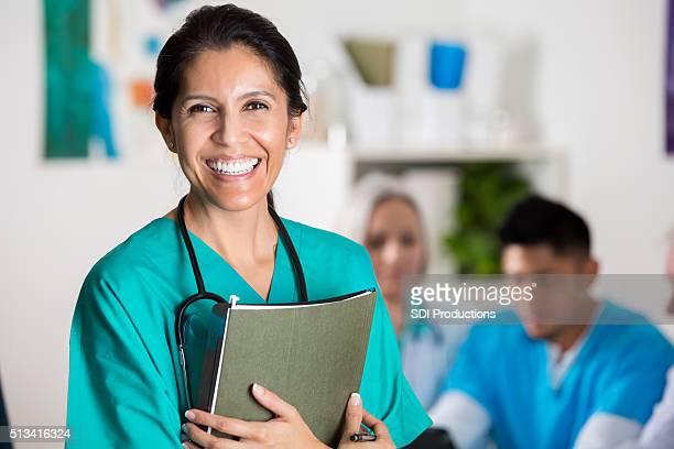 Médica confiante de médico na reunião de pessoal