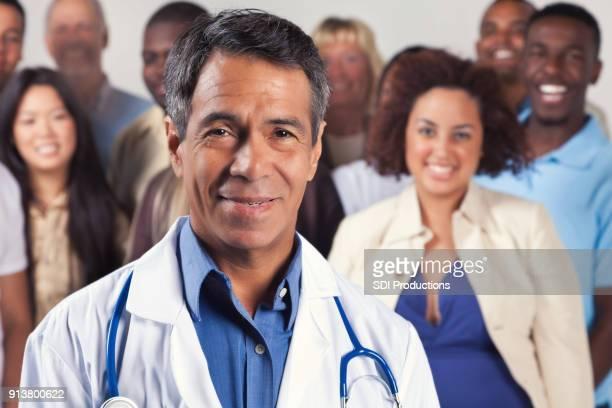 Docteur confiant avec les patients en arrière-plan