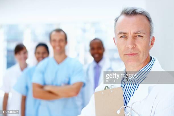 Zuversichtlich Arzt mit Mitarbeitern