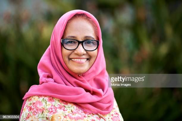 mujer mayor confianza en hijab en yarda - malasia fotografías e imágenes de stock