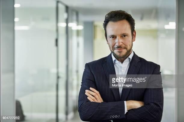 imprenditore fiducioso in piedi con le braccia incrociate - mezzo busto foto e immagini stock