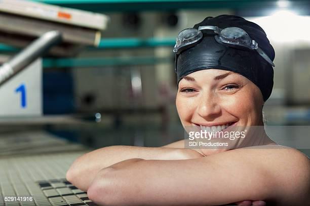 Zuversichtlich weibliche Athleten Schwimmbad