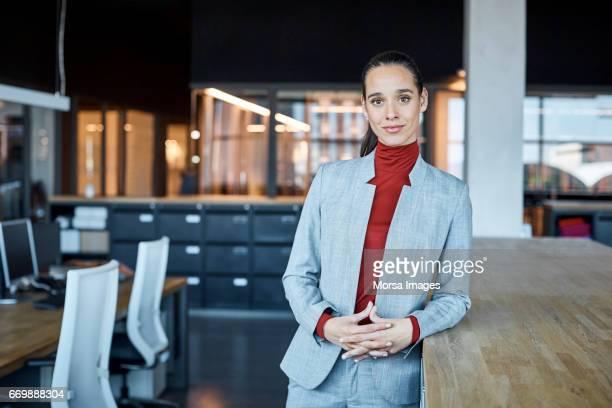 Ejecutivo mujer confía en fábrica textil