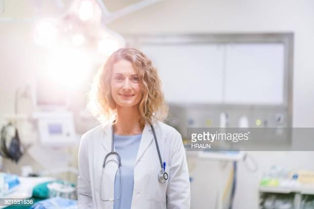 vertrouwen vrouwelijke huisarts in ziekenhuis - chirurg stockfoto's en -beelden