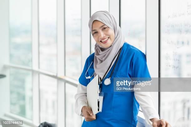vertrouwen vrouwelijke verpleegkundige - islam stockfoto's en -beelden