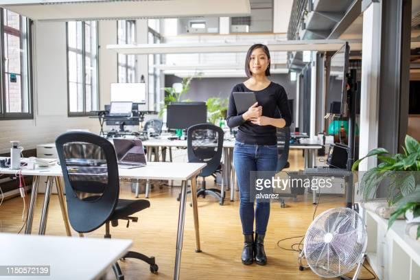 オフィスで自信を持って女性の専門家 - japanese ol ストックフォトと画像