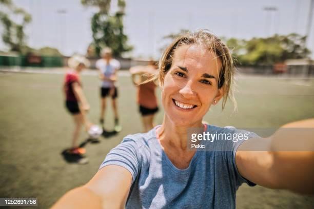 joueuse de football confiante prenant selfie - football féminin photos et images de collection