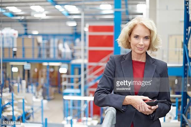 自信に満ちた女性の倉庫マネージャー