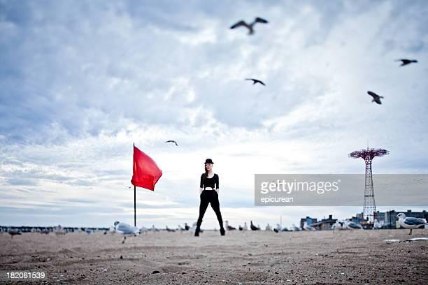zuversichtlich hipster frau stehen am strand auf coney island - seattle center stock-fotos und bilder