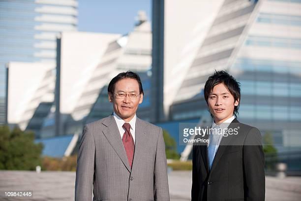 自信に満ちた日本のビジネスチーム - 前にいる ストックフォトと画像