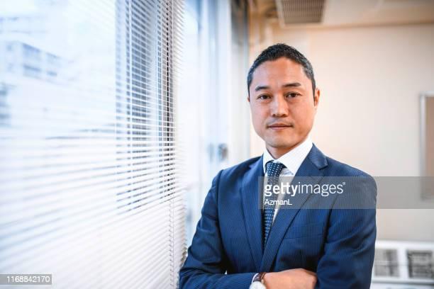自信を持ってカメラを見る日本の病院管理者 - 男性のみ ストックフォトと画像
