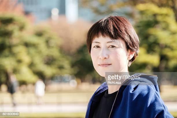 自信に満ちた東京で日本の女性