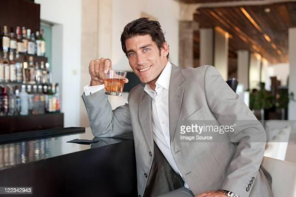 自信に満ちた男性、バーでのお飲み物