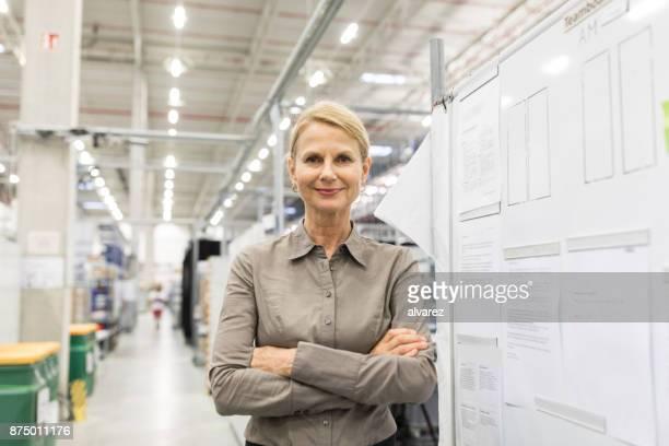 Zuversichtlich Reife Geschäftsfrau in große Fabrik Lager