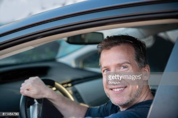 旅客マイアミの彼の待機として笑みを浮かべて自信を持って成熟したドライバー